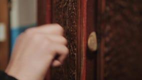 Close-up die van hand op deur kloppen stock footage