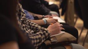 Close-up die van Handen pennen houden op de conferentie voorraad Opleiding, Zaken, Presentatie stock videobeelden