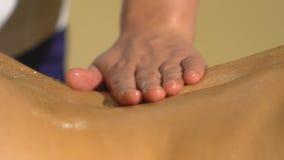 Close-up die van jonge vrouw achtermassage ontvangen stock videobeelden
