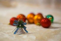 Close-up die van Kerstmisstuk speelgoed op beige deken op achtergrond het liggen vertroebelde Kerstmisspeelgoed stock afbeeldingen