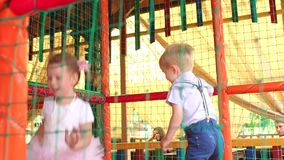 Close-up die van kleine jonge geitjes op de trampoline springen stock footage