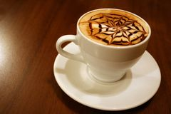Close-up die van koffiekop is ontsproten stock afbeelding