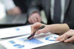 Close-up die van mannelijke en vrouwelijke handen op bedrijfsdocument richten Stock Fotografie