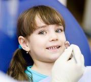 Close-up die van meisje zijn mond openen wijd tijdens inspectie stock foto
