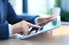 Close-up die van onderneemster digitale tablet houden Royalty-vrije Stock Foto's