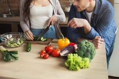 Close-up die van paar gezond voedsel samen koken stock fotografie