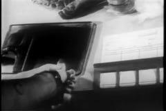 Close-up die van politieman vingerafdrukken van arrestante nemen stock footage