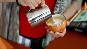 Close-up die van professionele barista het trekken op koffie maken Art Kunst van barista en het trekken op koffie met room vaardi stock footage
