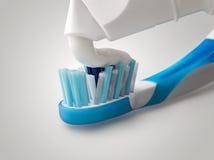 Close-up die van tandpasta uit komt Royalty-vrije Stock Afbeeldingen