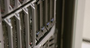 Close-up die van IT technicus harde aandrijving in server in datacenter vervangen stock video