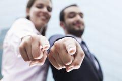 Close-up die van vingers van twee de bedrijfsmensen op camera richten Royalty-vrije Stock Fotografie