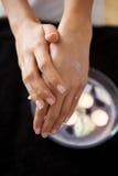 Close-up die van vrouw lotion op handen wrijven stock afbeeldingen