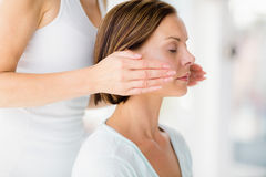 Close-up die van vrouw massagebehandeling ontvangen Royalty-vrije Stock Afbeeldingen