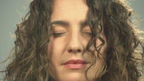 Close-up die van vrouw met gesloten ogen het mediteren, wekt opent ogen starend camera stock video