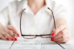 Close-up die van vrouwelijke opticienhanden oogglazen houden royalty-vrije stock foto's