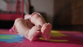 Close-up die van Weinig Baby` s Voeten op de Vloer liggen stock footage
