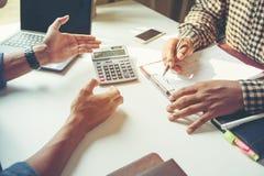 Close-up die van zakenman een financieel plan verklaren aan collega stock afbeeldingen