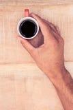 Close-up die van zakenman zwarte koffie houden Royalty-vrije Stock Afbeeldingen