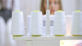 Close-up die vier spoelen met draad in naaimachine schieten stock videobeelden