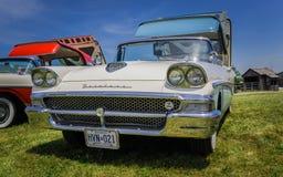 close-up die vooraanzicht van klassieke uitstekende retro auto met open dak verbazen Stock Foto's