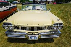 close-up die vooraanzicht van klassieke uitstekende retro auto verbazen Stock Fotografie
