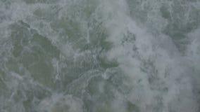 Close-up die water schieten die door boot in openlucht op verse lucht reizen stock videobeelden
