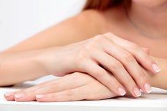 Close up disparado das mãos fêmeas bonitas Imagem de Stock