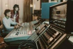 close-up disparado de amplificadores sadios no estúdio de gravação com borrado foto de stock royalty free