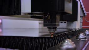 Close-up disparado do mecanismo cortado automático da chapa metálica no processo na empresa video estoque