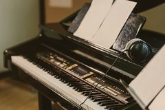 close-up disparado do piano bonde no som foto de stock
