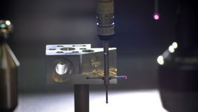 Close-up disparado do varredor tridimensional que vai para cima e para baixo a fatura da medição da ferramenta do metal na fábric video estoque