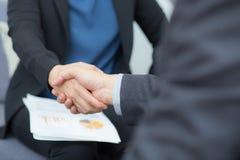 Close up disparado dos executivos que agitam as mãos Foto de Stock Royalty Free