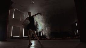 Close-up disparado dos pés da bailarina Dan?a em suas sapatas de bailado do pointe Está vestindo o vestido preto do tutu Disparad vídeos de arquivo