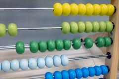 Close-up do ábaco de madeira colorido das crianças, foco seletivo imagem de stock royalty free
