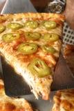 Close up do ângulo da pizza da pimenta foto de stock