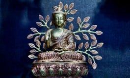 Close up do ídolo da Buda em um templo imagens de stock