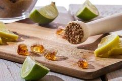 Close up do açúcar e das citrinas como ingredientes para o gelo frio d Foto de Stock