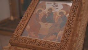 Close-up do altar crist?o na igreja ortodoxa No altar ? um caso de madeira com um livro da igreja para dentro vídeos de arquivo