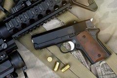Close-up do armas e equipamento militar para o exército, a arma da espingarda de assalto e a pistola pequena Imagem de Stock