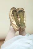 Close up do ballerina& x27; pés de s com sapatas de bailado foto de stock royalty free