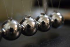 Close up do berço de Newton Energia da física fotografia de stock