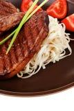 Close up do bife grelhado com massa fotografia de stock royalty free