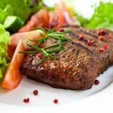 Close up do bife grelhado com vegetais fotografia de stock royalty free