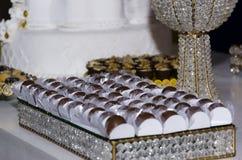 Close up do bolo com chocolate e porcas imagens de stock