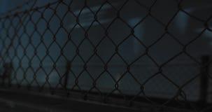 Close up do bonde do metro de Éstocolmo que passa perto no movimento lento Cerca marrom oxidada no primeiro plano video estoque