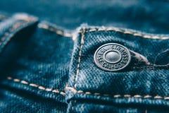 Close up do botão das calças de brim do ` s de Levi Imagens de Stock