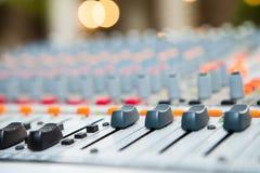 Close-up do botão do misturador da música, ajustando ferramentas de ajuste do volume imagem de stock royalty free