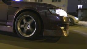 Close-up do brilho no carro a??o Projeto moderno do revestimento do carro com as lantejoulas do ouro que brilham da luz das lante filme
