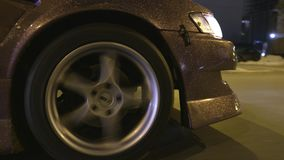 Close-up do brilho no carro a??o Projeto moderno do revestimento do carro com as lantejoulas do ouro que brilham da luz das lante video estoque