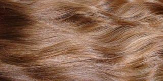Close up do cabelo louro ondulado longo bonito, fundo do cabelo da mulher fotografia de stock royalty free